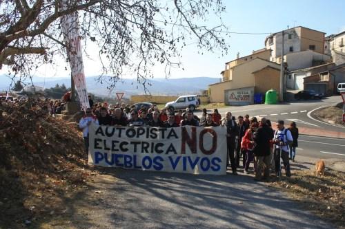 Cabecera de la manifestación que cruzó la sierra del Castillo de Laguarres, partiendo de Pueyo de Marguillén, para sumarse a los actos de la Jornada Reivindicativa celebrada en Capella el 10 de marzo de 2012. Obsérvese la presencia de representantes de prácticamente la totalidad de fuerzas políticas y municipios afectados.